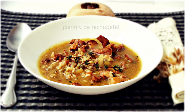 Sopa de setas y arroz integral con tomillo (cantharellus cibarius)