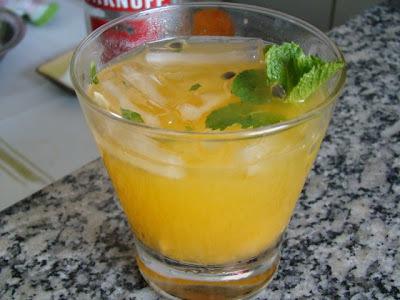 de coquetel de vodka com suco tang