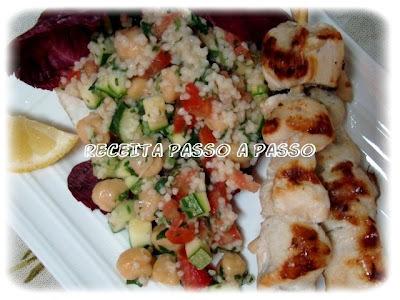 Espetinhos de frango grelhado com salada de cuscuz e vegetais