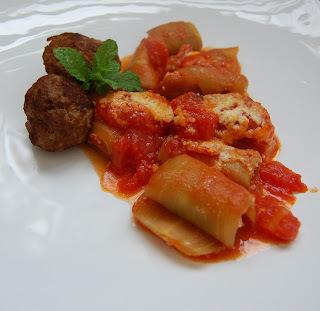 Canelone light de berinjela recheado com pasta de ricota e hortelã