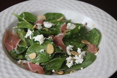 Salada de Espinafre com Queijo Chevre e Prosciutto