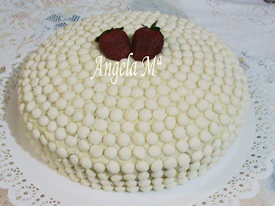 bolo simples de chocolate para aniversario com recheio de beijinho