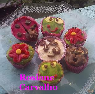 Cupcakes com cobertura de leite em pó