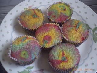 cupcakes com bolo colorido e cobertura azul