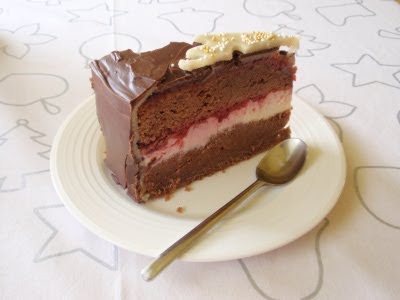 Nóbl čokoládová torta s mascarpone, malinami a marcipánom