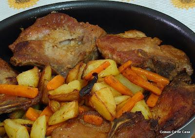 Bistecas com batatas e cenouras