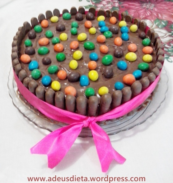 Torta de chocolate com palitos.