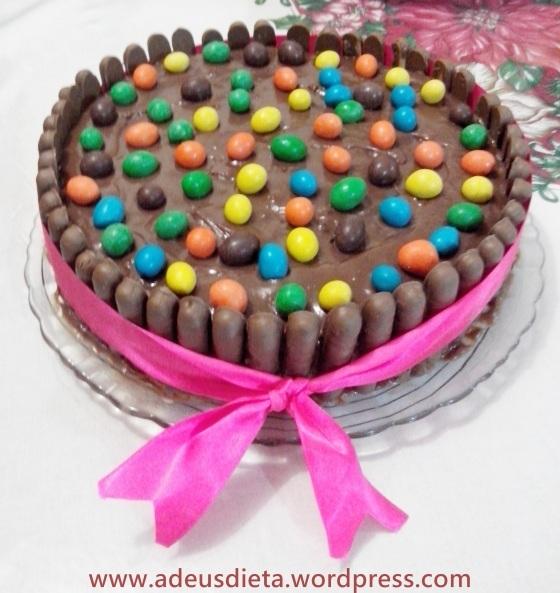 Torta de chocolate com palitos.