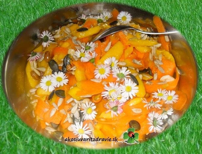Sedmokráska na tanieri: Mrkvový šalát s mangom a sedmokráskami.