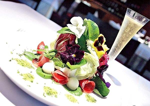 RECEITA: Salada com flores comestíveis