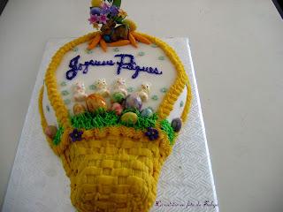 Gâteau de Pâques décoré avec pâte d'amande et glaçage au beurre