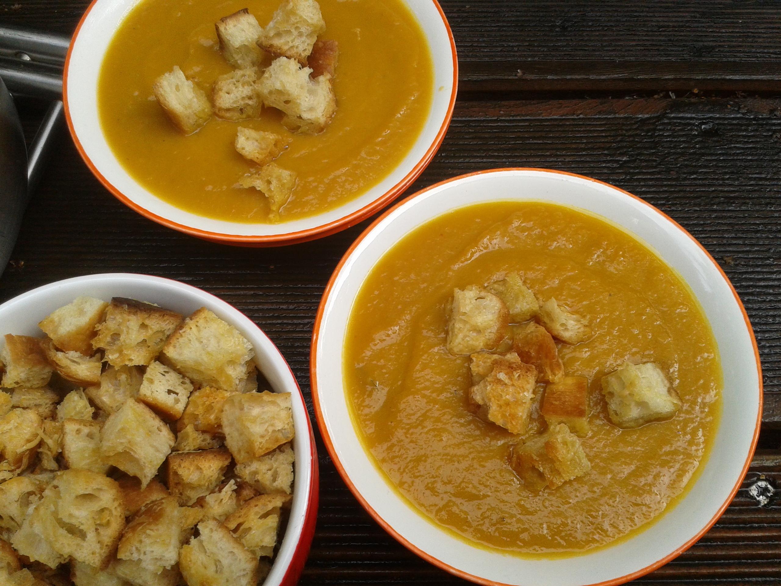 Soupe de citrouille épicée et ses croûtons au fromage