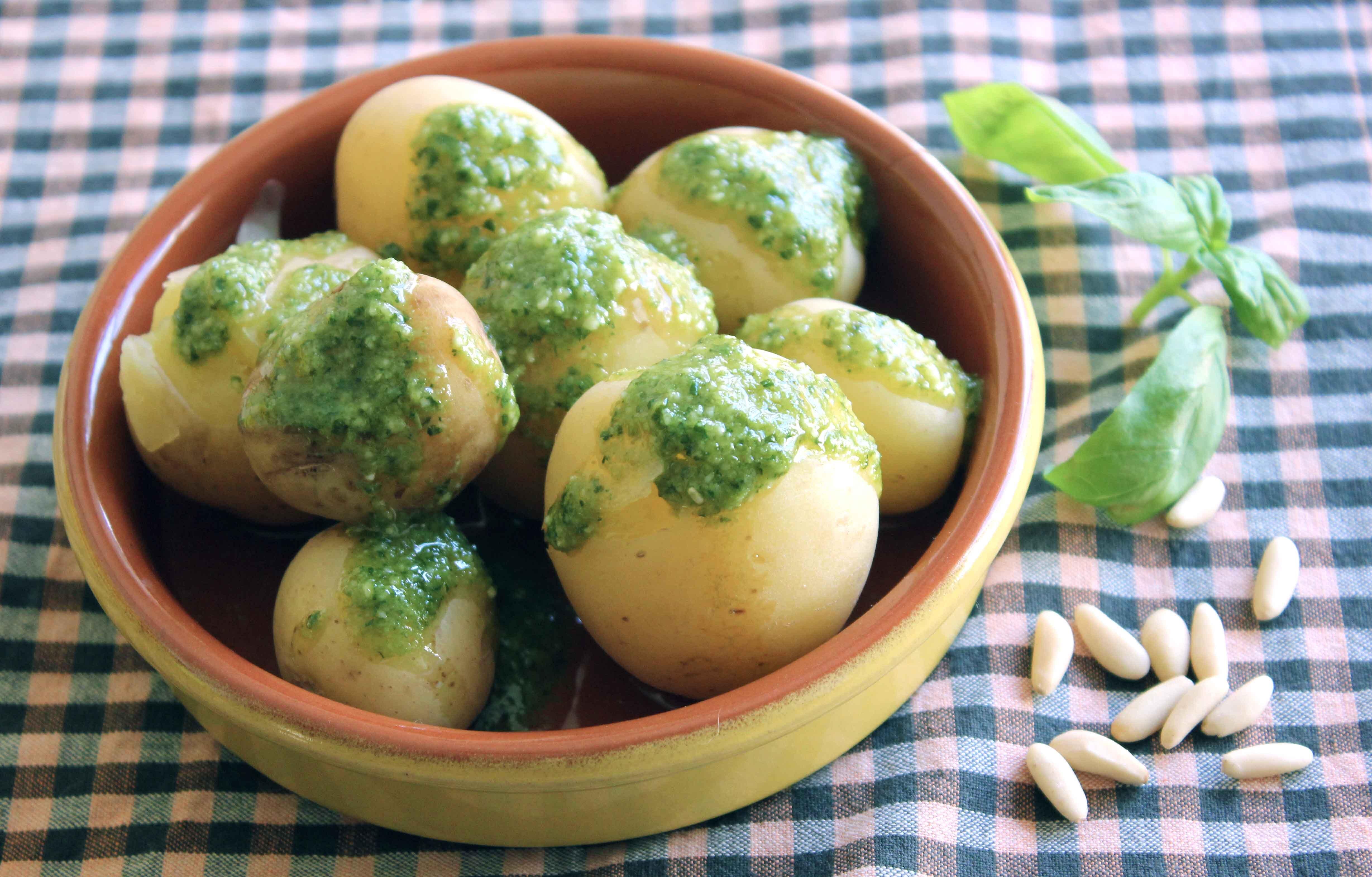 Patatas nuevas con pesto
