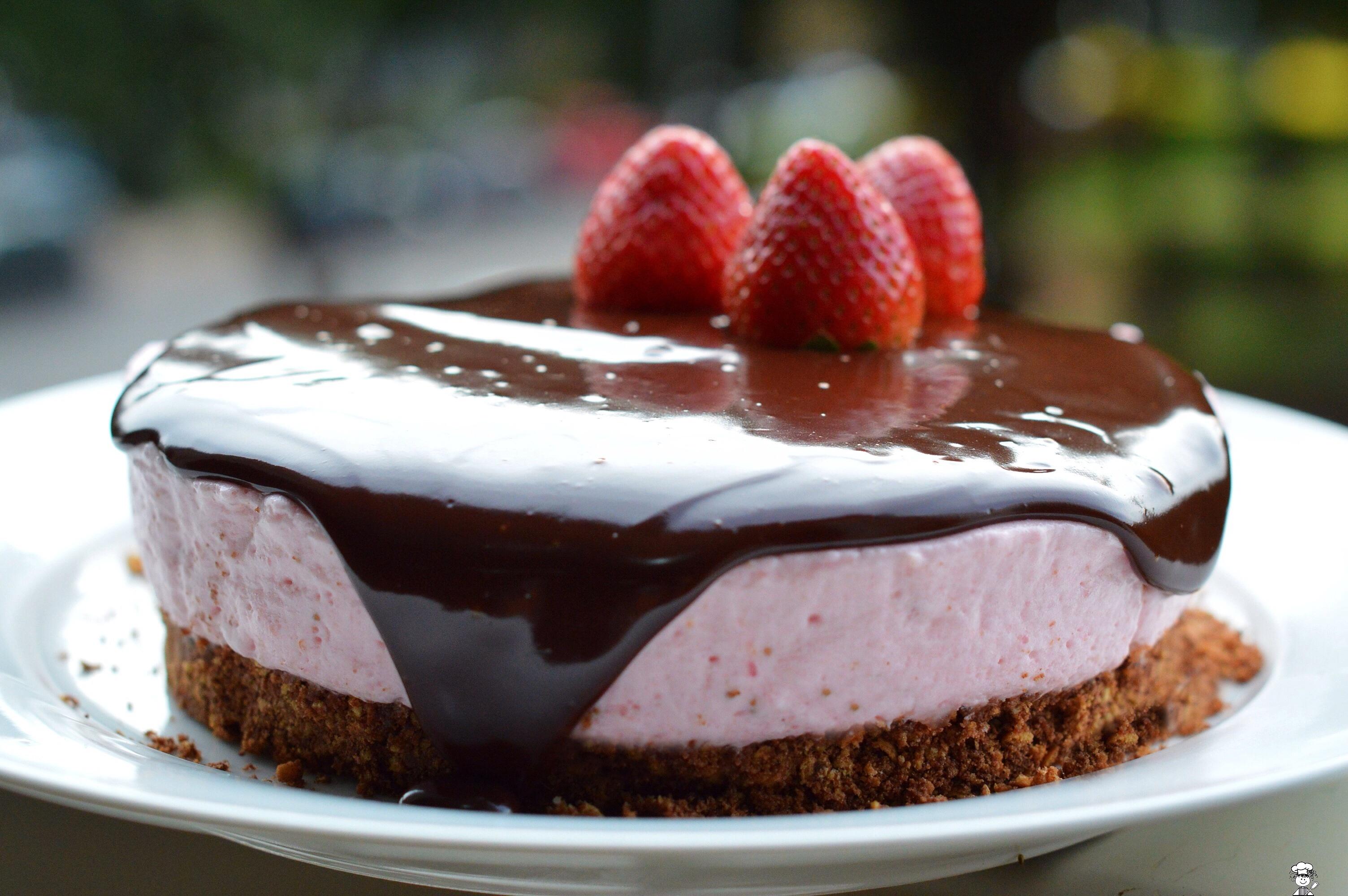 Torta de mousse de morango no aniversário do blog