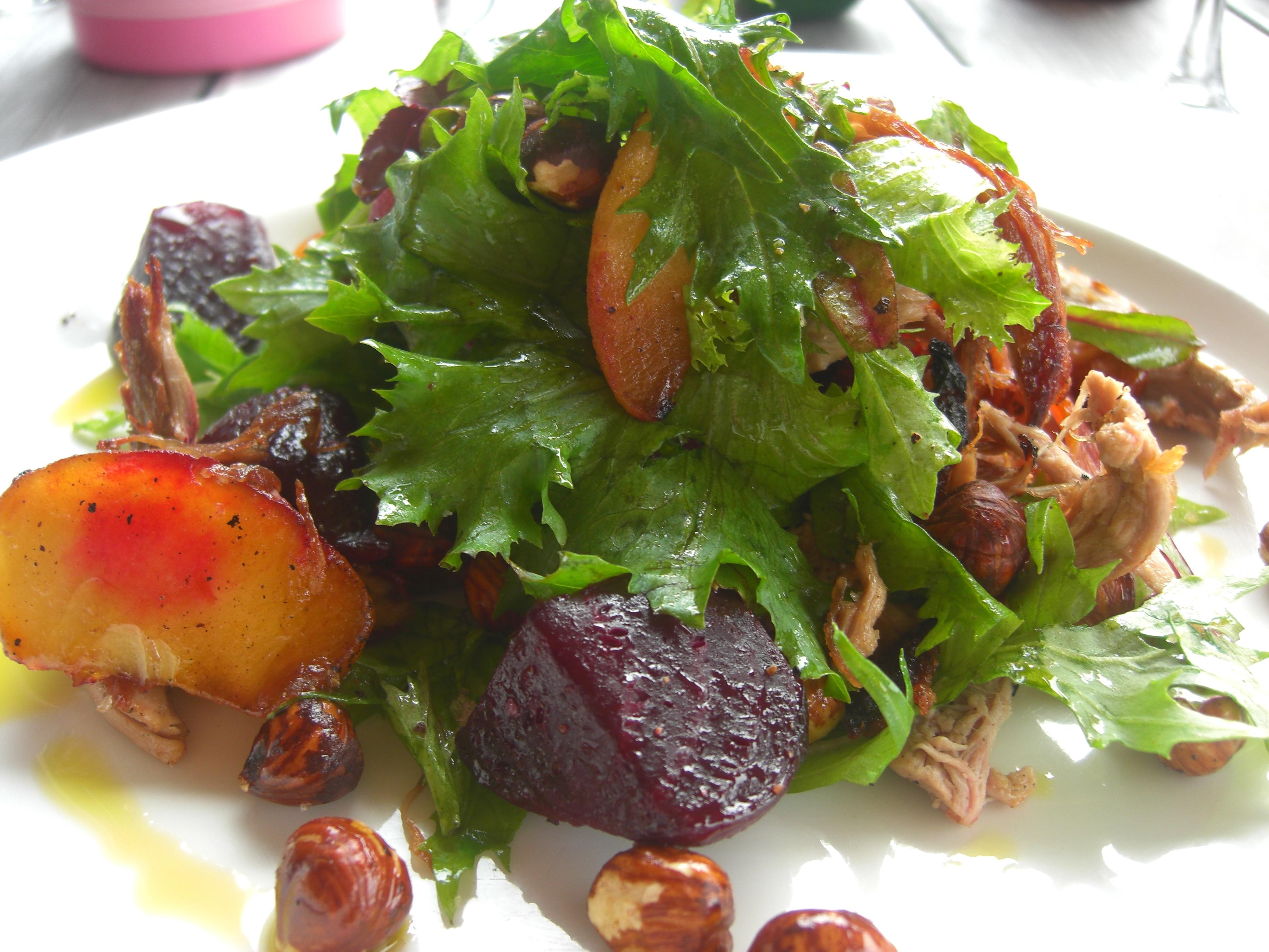 Salada de Folhas com Nuts e Frutas