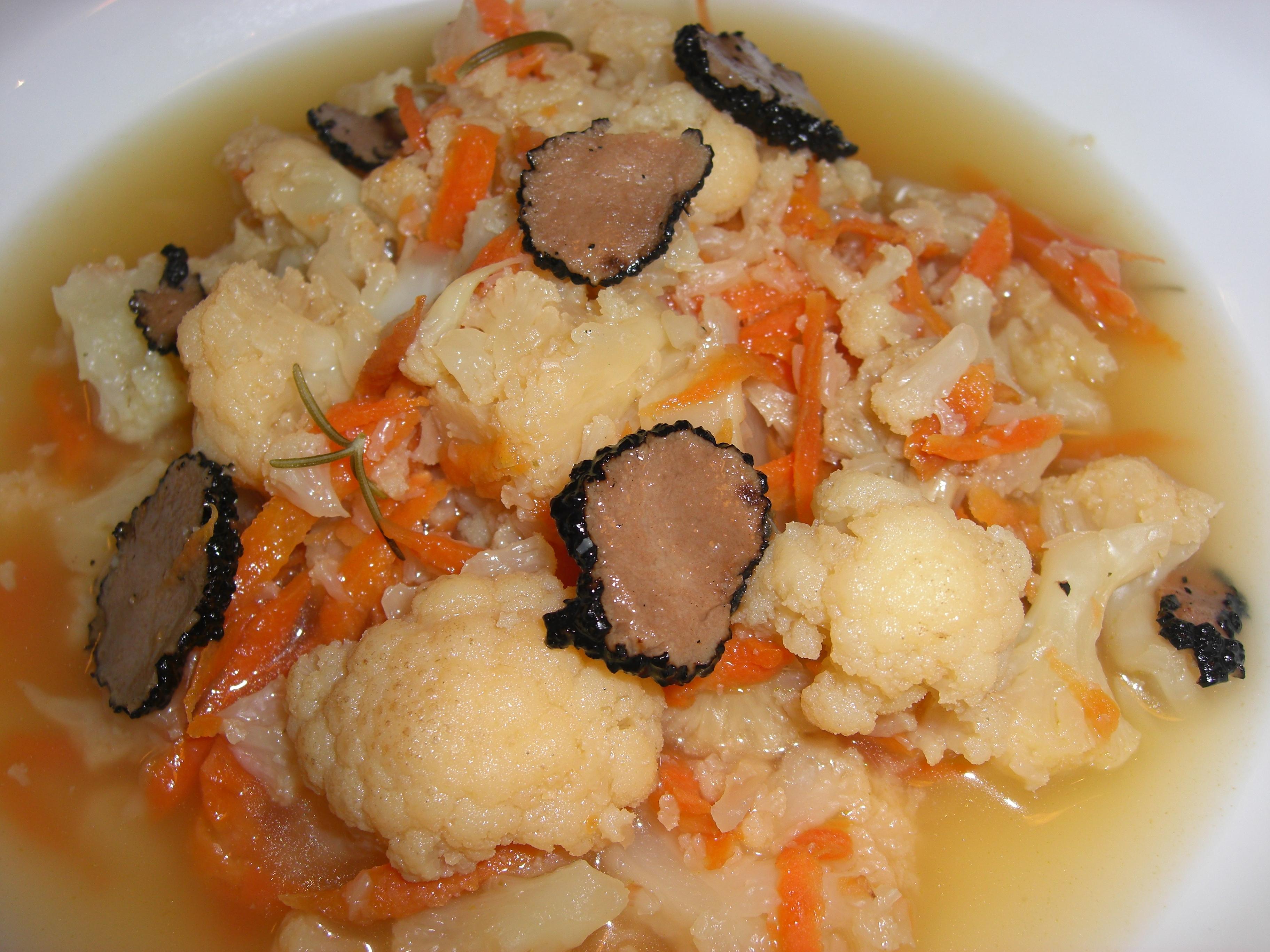 Consommé com Couve-Flor, Cenoura e Trufas Negras