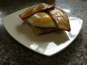 Berenjenas fritas, huevo y pan de molde