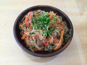 Tallarines de arroz salteados con verduras