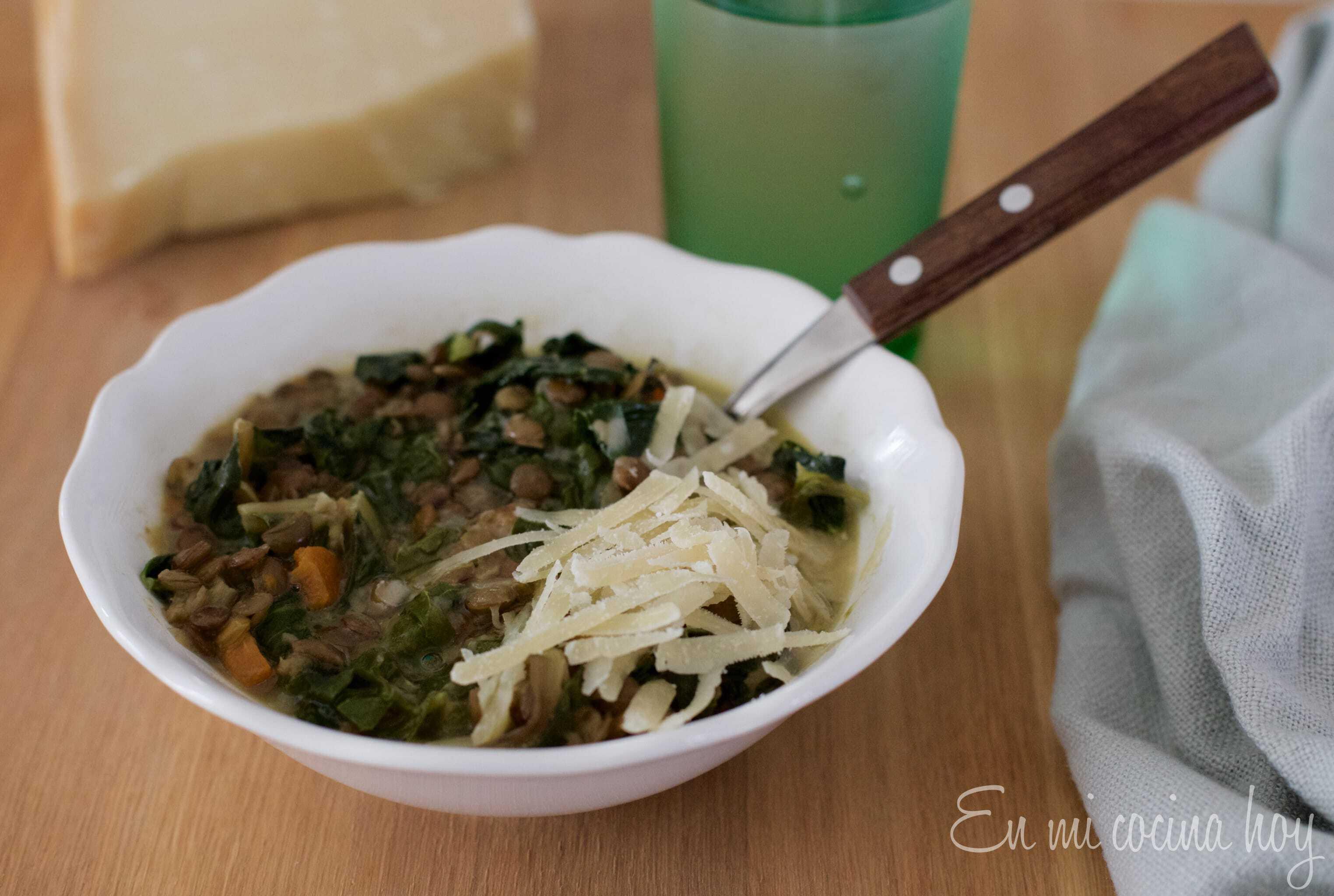 Sopa de lentejas y acelga, receta chilena