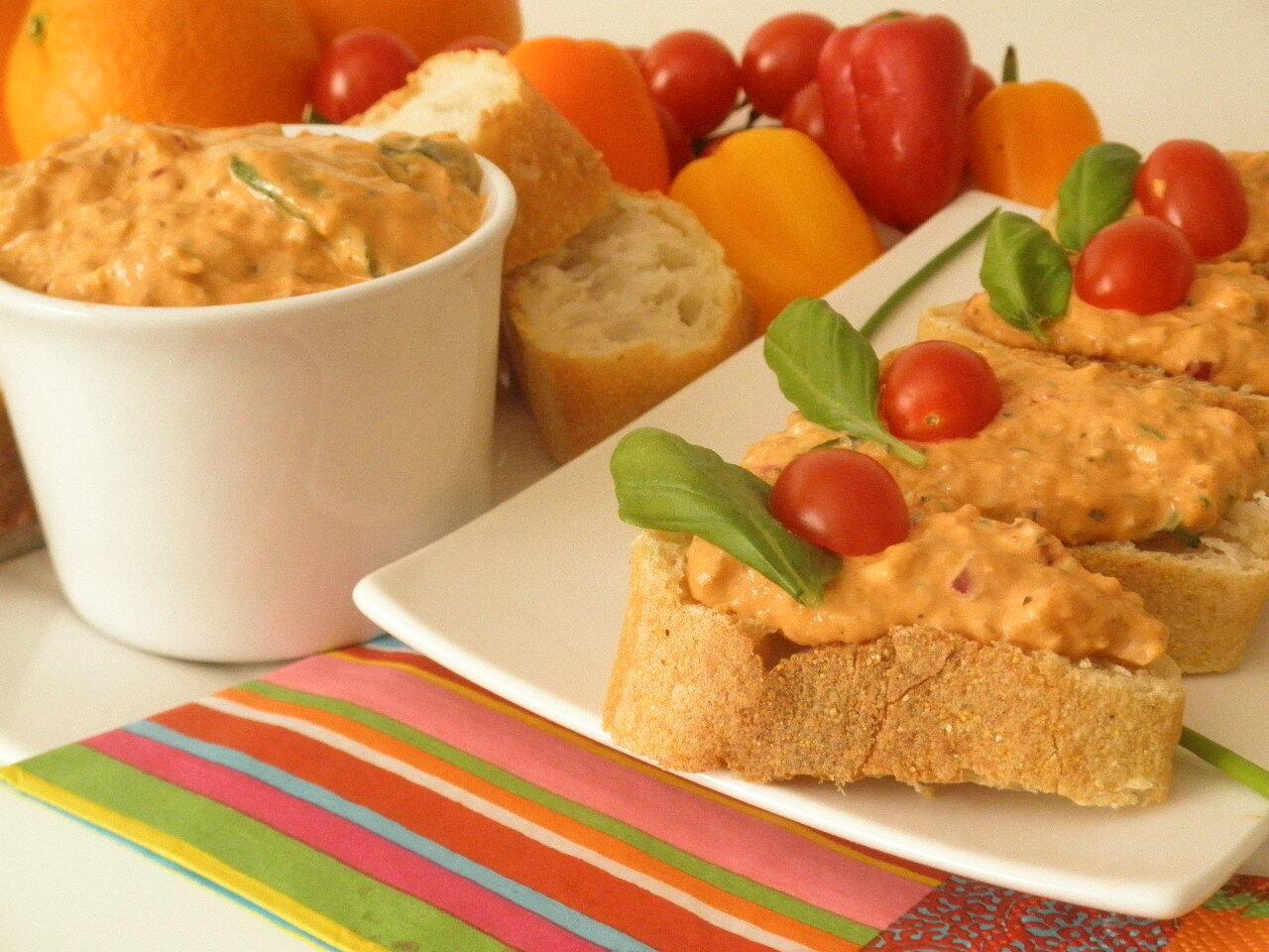 Nátierka z rybiek v paradajkovej omáčke.