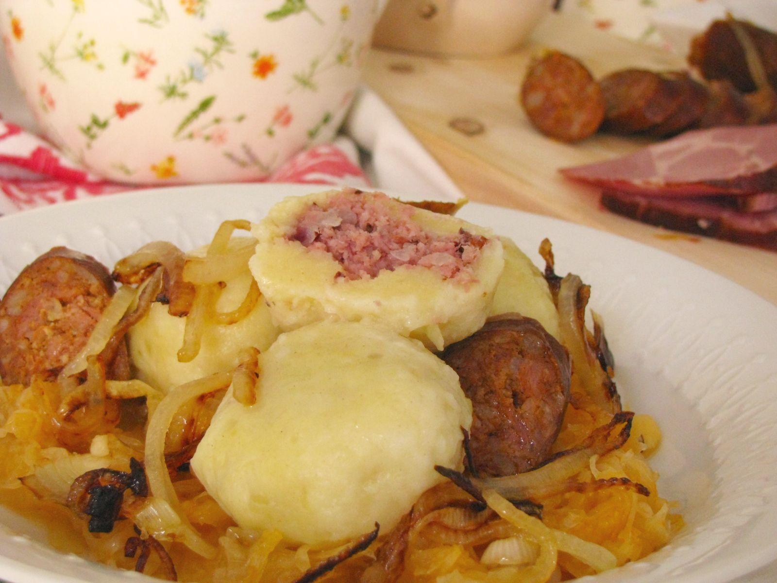 Zemiakové gule s údeným mäsom a kyslou kapustou