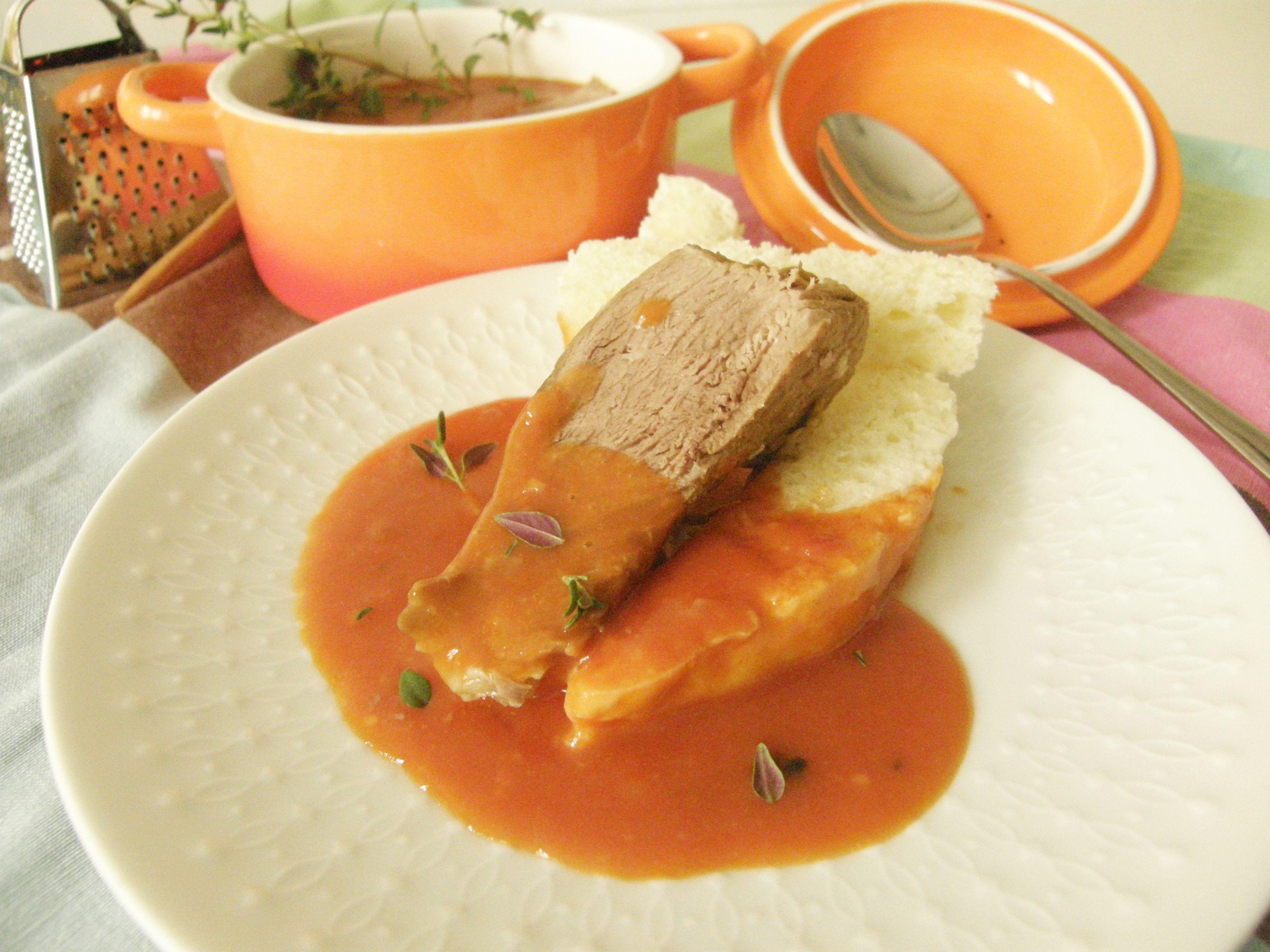 Paradajková omáčka s vareným hovädzím z polievky.