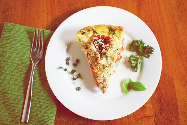 Tortinha de palmito, tomate, queijo, azeitona e ervas. E uma cabeça ligada em 220v…