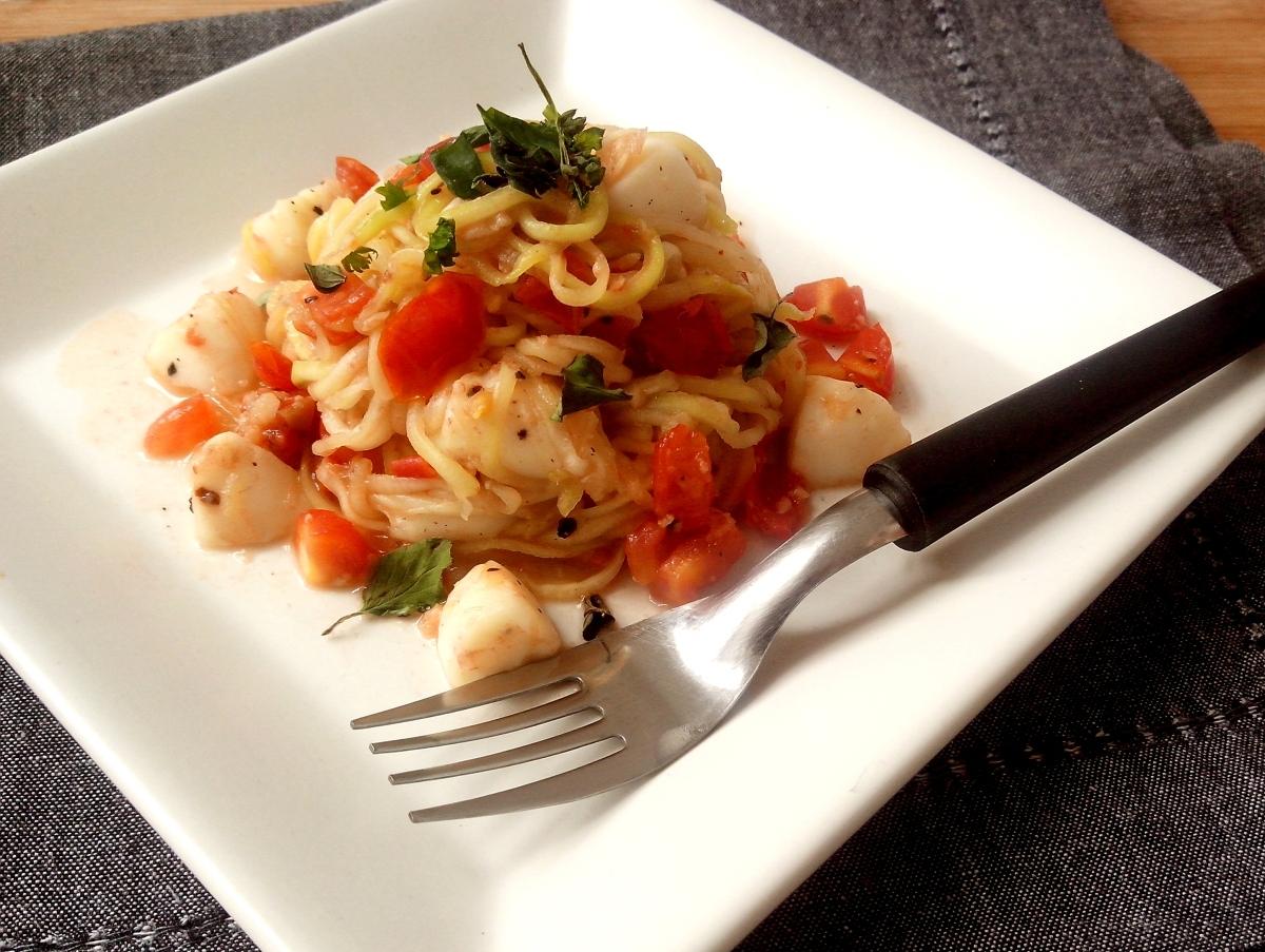 Espaguete de abobrinha com tomatinhos, muçarela de búfala e manjericão no Você Bonita