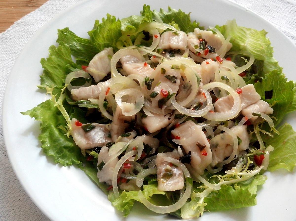 Salada de folhas com ceviche de peixe branco