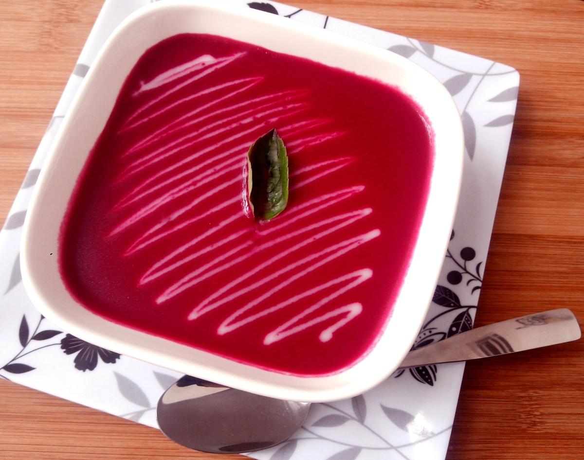 Sopa cremosa de beterraba assada com iogurte (Borscht)