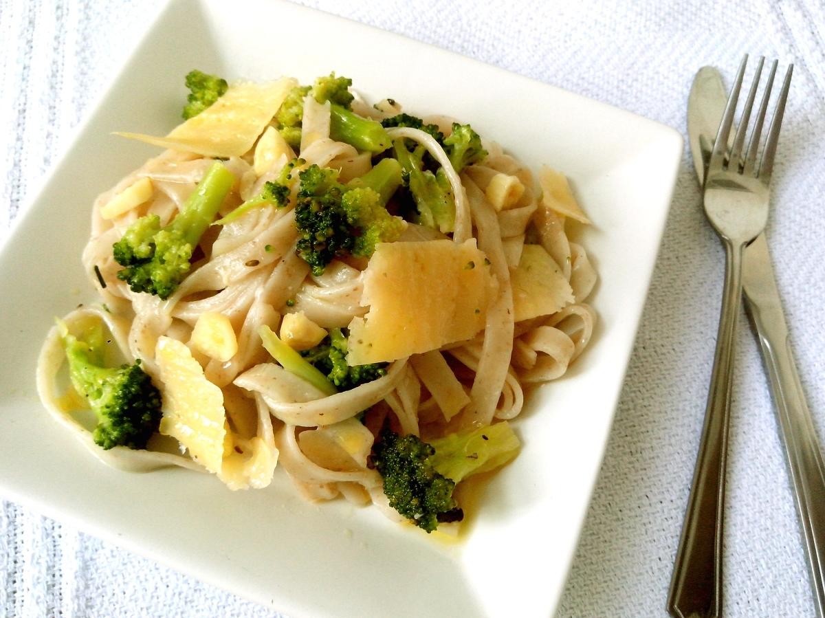 Talharim integral com brócolis assado ao alho e óleo