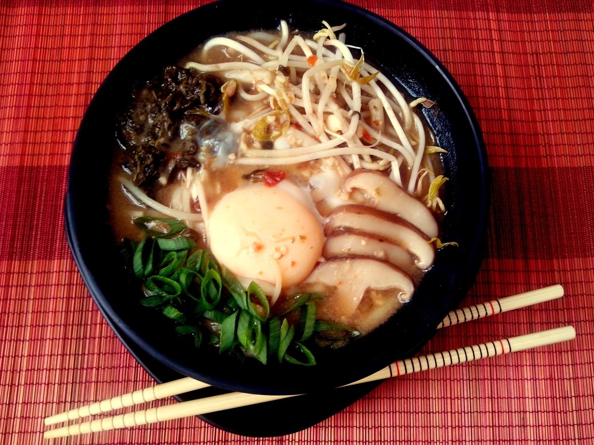 Macarrão japonês com ovo pochê no caldo quente (Udon enluarado ou Tsukimi Udon)