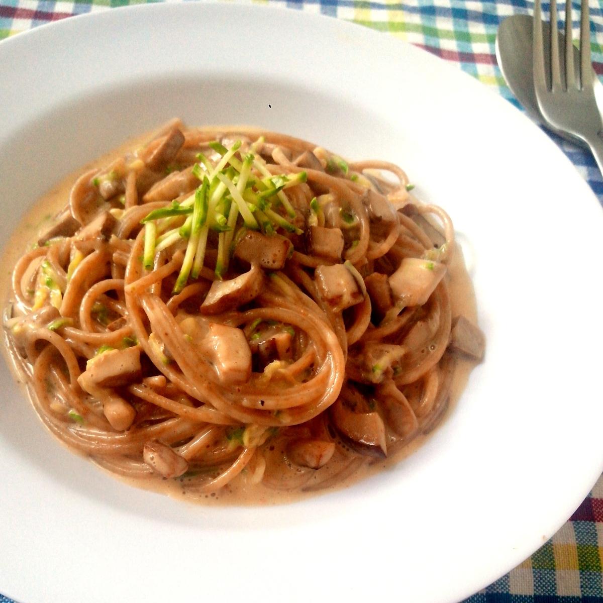 """Espaguete integral com molho """"à Carbonara"""" light (com ovo, creme de ricota, shitake e abobrinha)"""