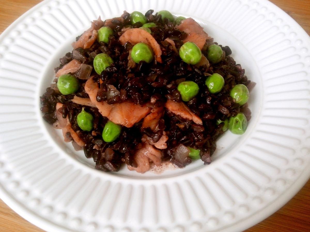Risoto de arroz negro com salmão defumado e ervilhas frescas