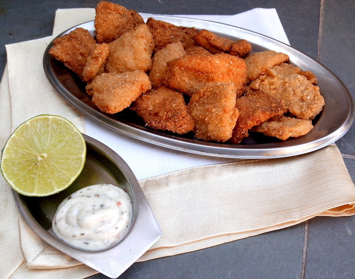 Iscas de peixe à milanesa com molho tártaro