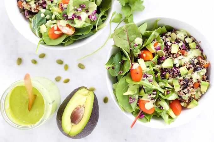 Ensalada con quinoa, frijol negro y aderezo de menta y cilantro