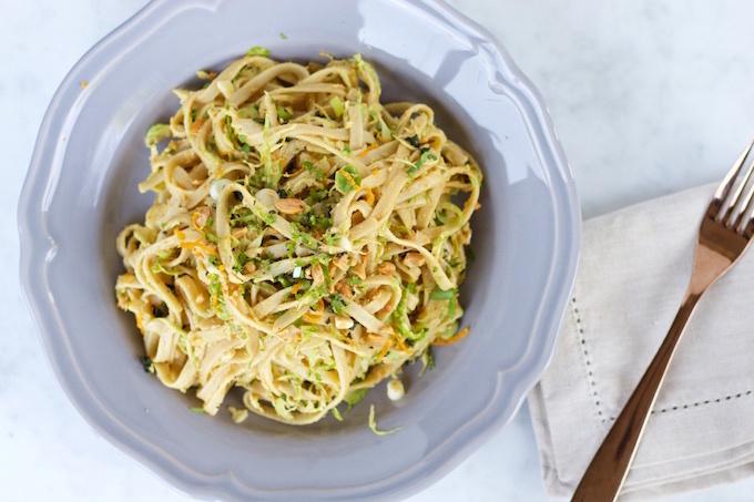 Noodles con salsa de cacahuate y jugo de naranja: sin gluten