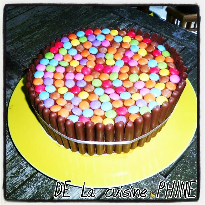 Gâteau tout chocolat aux Smarties et Fingers