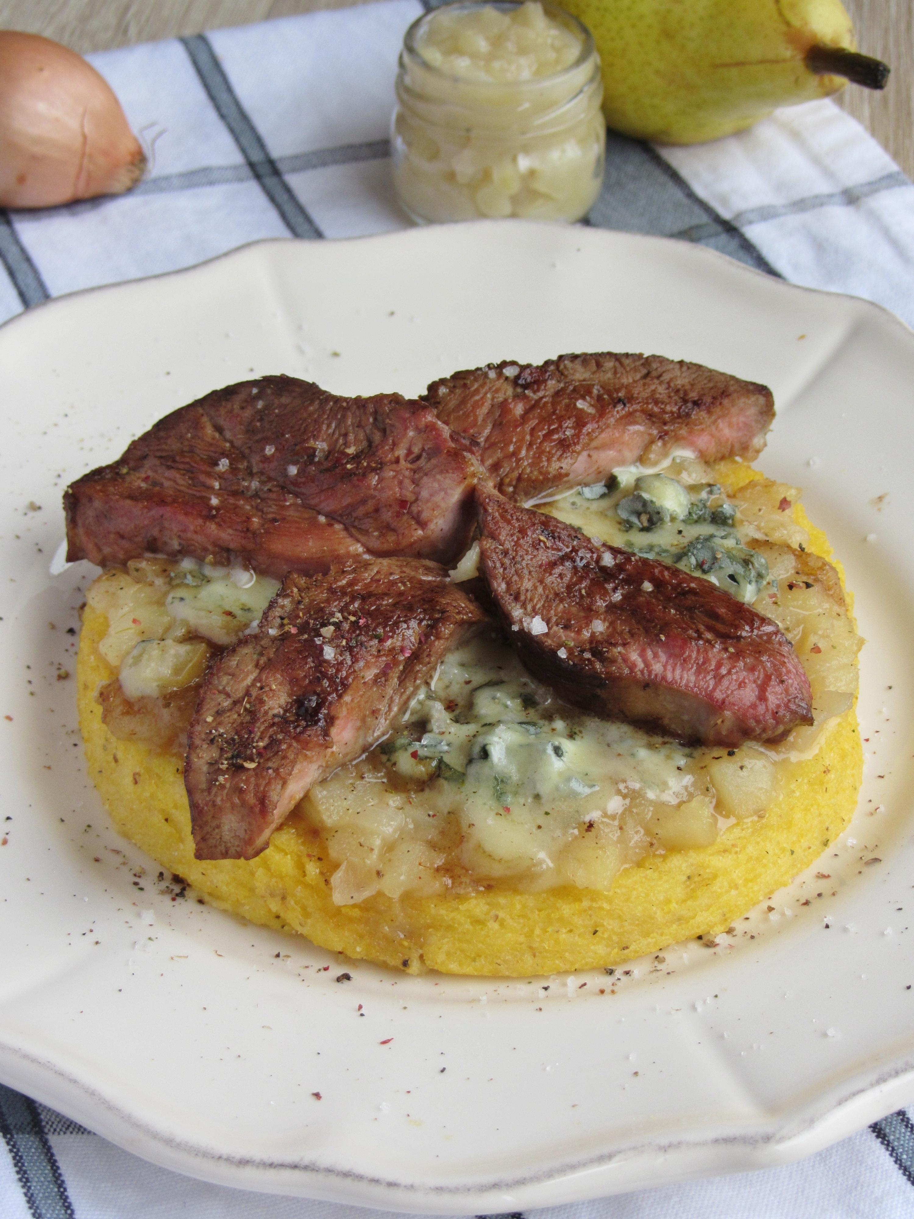 Magret de canard caramélisé sur un lit de Bleu d'Auvergne, de chutney de poire et sa polenta crémeuse au parmesan
