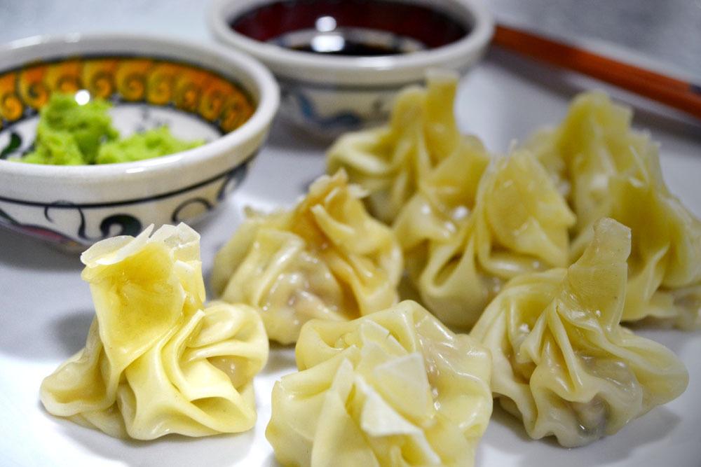 Bolinhos chineses de massa wantan (ou wonton)