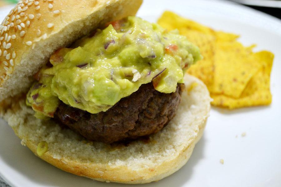 Hambúrguer com guacamole