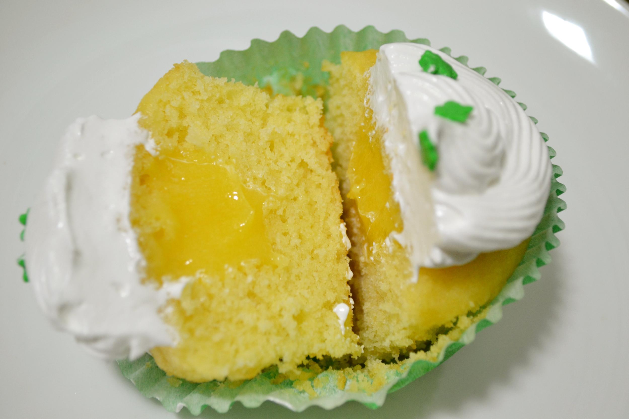 Cupcake de baunilha com limão e merengue italiano