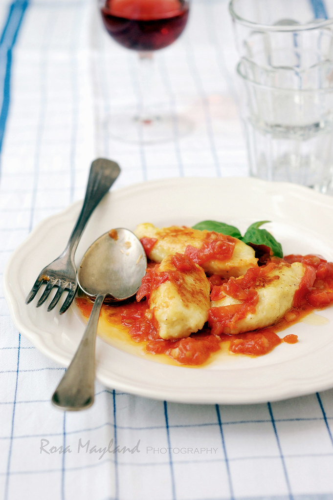 SUMMER'S GONE: HOLD ON TO THAT HOLIDAY FEELING BY COOKING RICOTTA GNUDI WITH FRESH TOMATO SAUCE - FINI LES VACANCES: FAITES DURER L'ÉTÉ, EN CUISINANT DES GNUDI À LA RICOTTA ET À LA SAUCE TOMATE