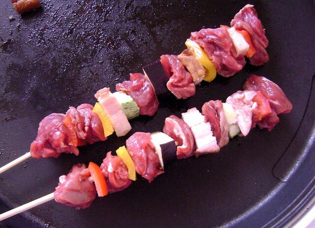 de espetinho de carne de porco no grill