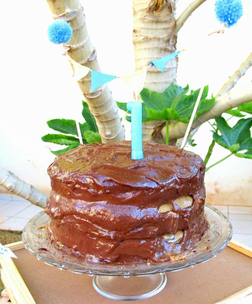 Bolo de Aniversário de Chocolate e Doce de Leite com Ganache de Caramelo e Crocante de Pecã
