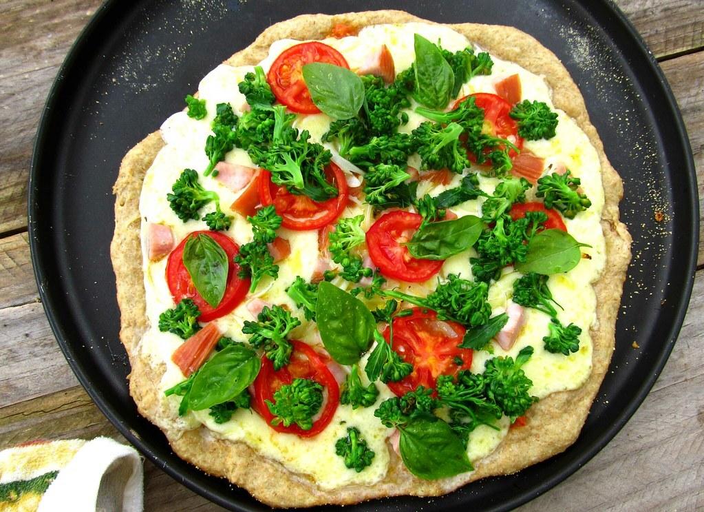 Pizza Integral com Peito de Peru e Brócolis