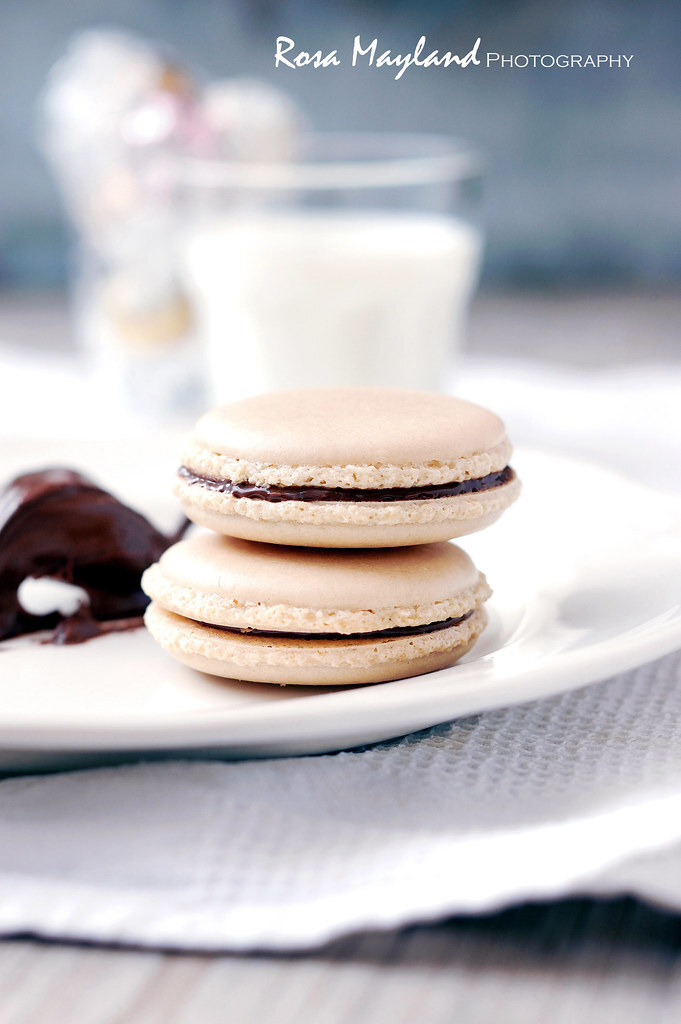 NO-FRILLS BROWN SUGAR AND CHOCOLATE SPREAD MACARONS - MACARONS TOUT SIMPLES AU SUCRE ROUX ET À LA PÂTE À TARTINER AU CHOCOLAT