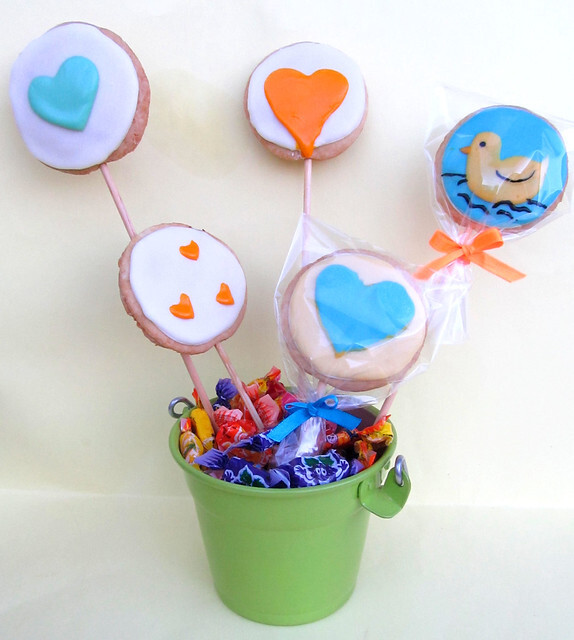 Cookies Decorados Recheados com Brigadeiro, Cobertos com Glacê de Leite em Pó