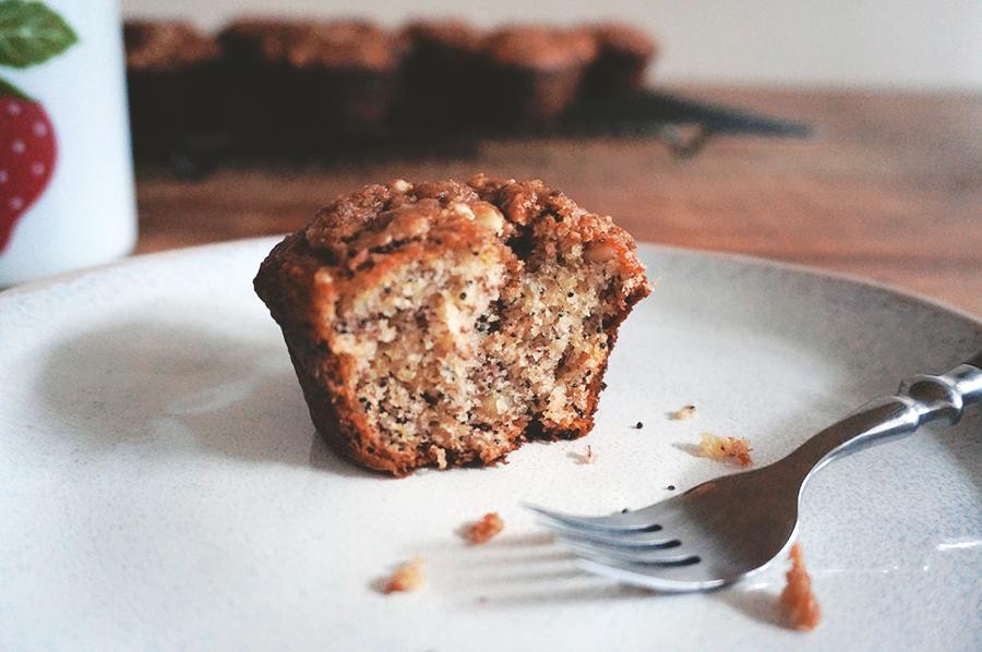 muffin de banana com semente de papoula e topping de amêndoas