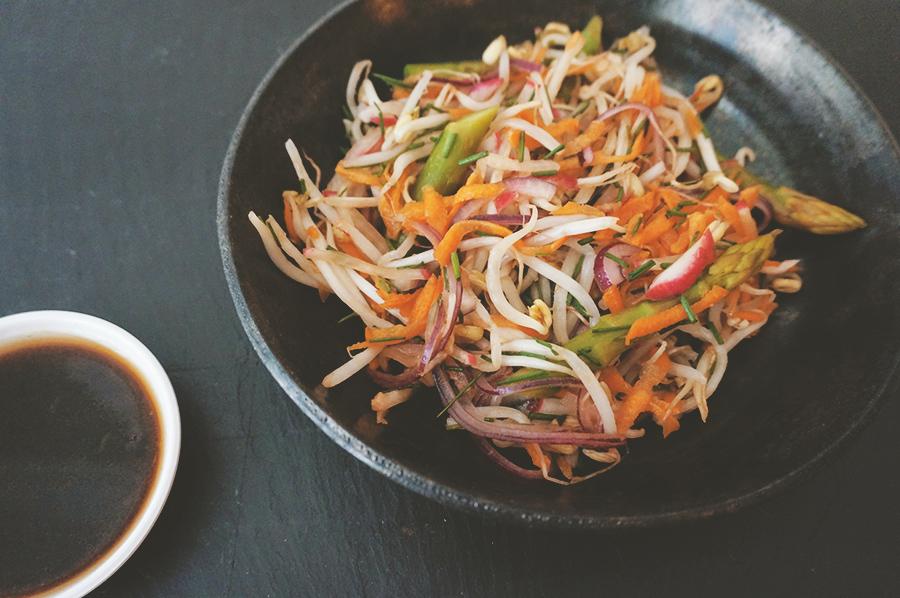 salada de aspargos e broto de feijão com molho de gergelim